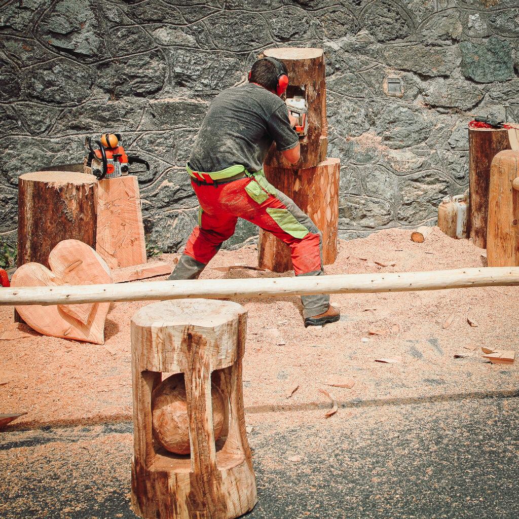 Holz-Skulpturen mit der Kettensäge schaffen
